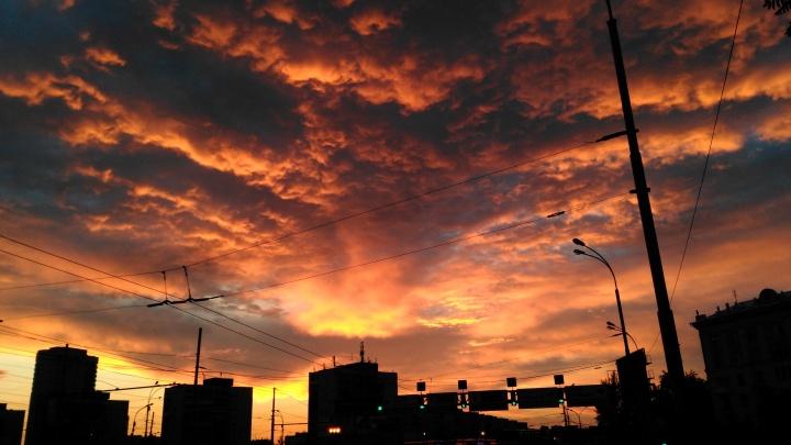 Нереальный закат над Екатеринбургом: наши читатели сняли огненное небо над городом