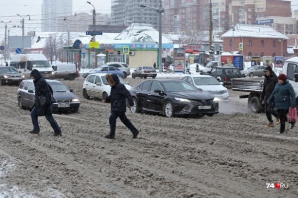 Челябинцы уже не первую неделю возмущаются кашей на дорогах и сугробами на обочинах