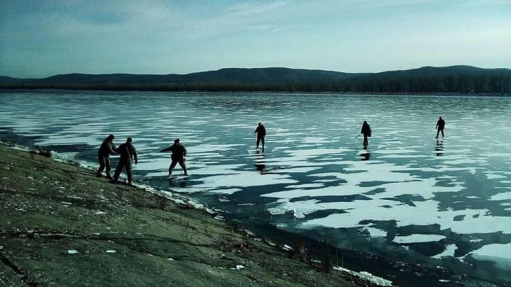 Оторвало от берега: в Самарской области трех рыбаков унесло на льдине