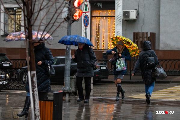 Многие ростовчане сегодня достали зонты