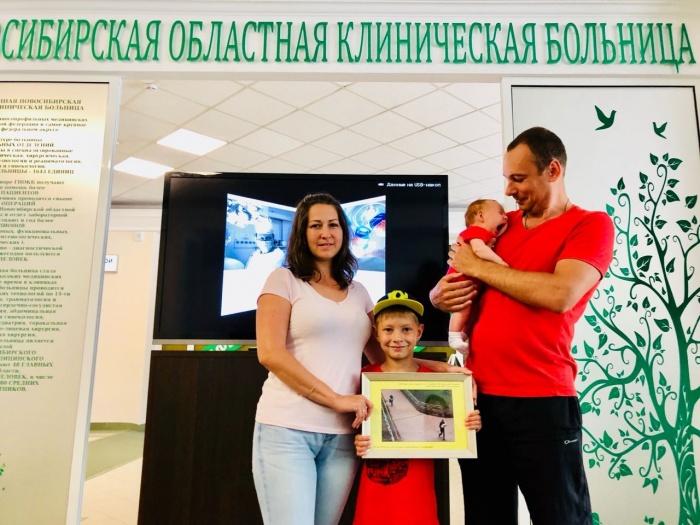 Семья Фокиных приехала за подарком вместе со старшим сыном Максимом и маленькой Дашей