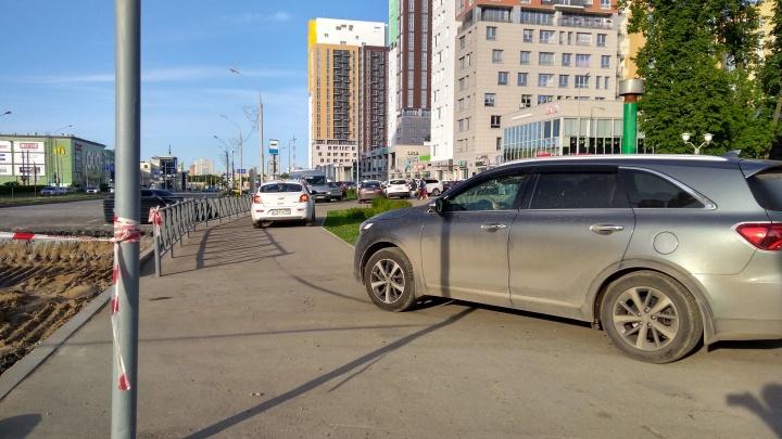 «Сдвигают ограждения и едут»: в Перми водители объезжают перекрытия по тротуару на улице Революции