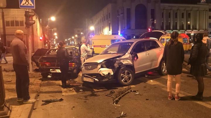 Пять человек пострадали в ночном ДТП у тюменской филармонии