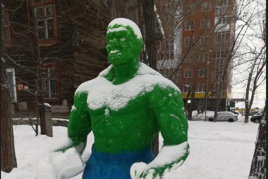 Скульптура стоит в одном из дворов на улице Степной