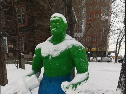 Творческие жители дома в Ленинском районе вылепили из снега зелёного Халка