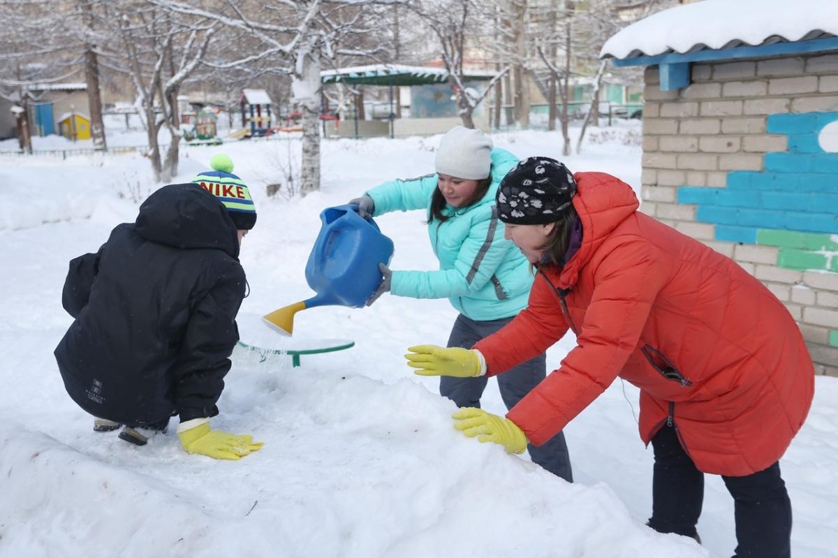 День ледовара лучше всего отмечать строительством снежной горки