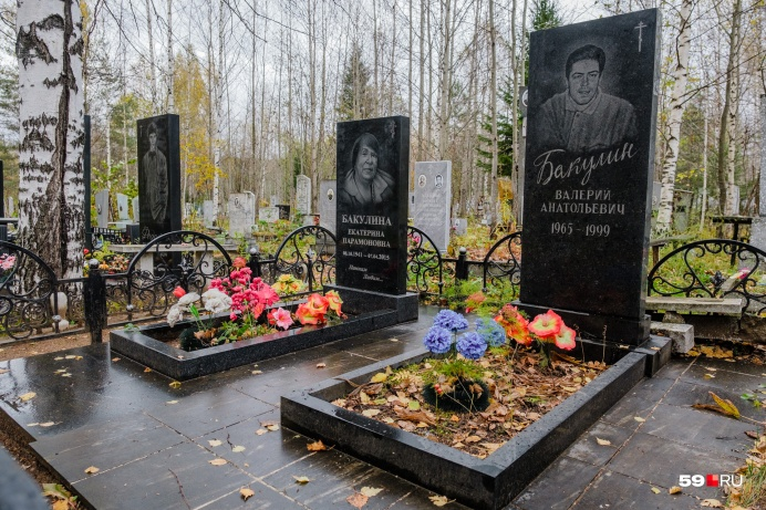 Большинство надгробий на Черной аллее выполнено в одном стиле