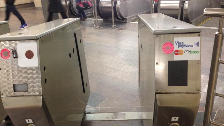 В метро поставили пять новых турникетов для оплаты проезда банковскими картами
