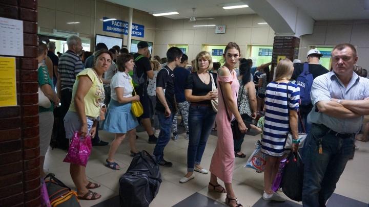 Хакерская атака парализовала работу автовокзала: сотни человек толпятся в душном здании