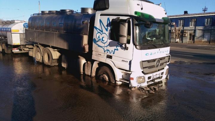 «По чуть-чуть уходил под землю»: в Самаре молоковоз с цистернами провалился в асфальт