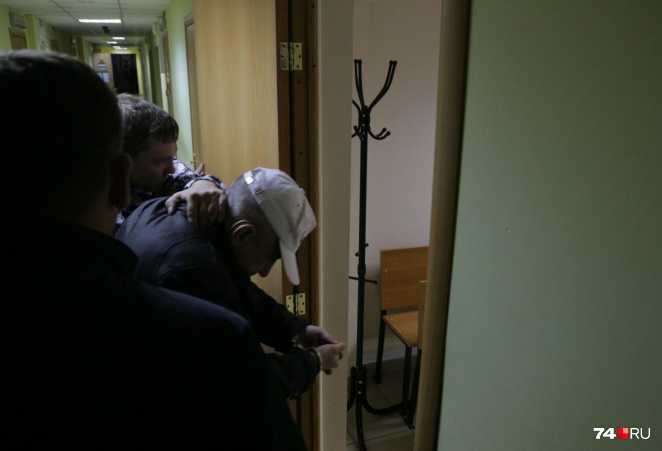 9 октября оперативники доставили в суд первого подозреваемого, но выяснилось, что он непричастен к преступлению