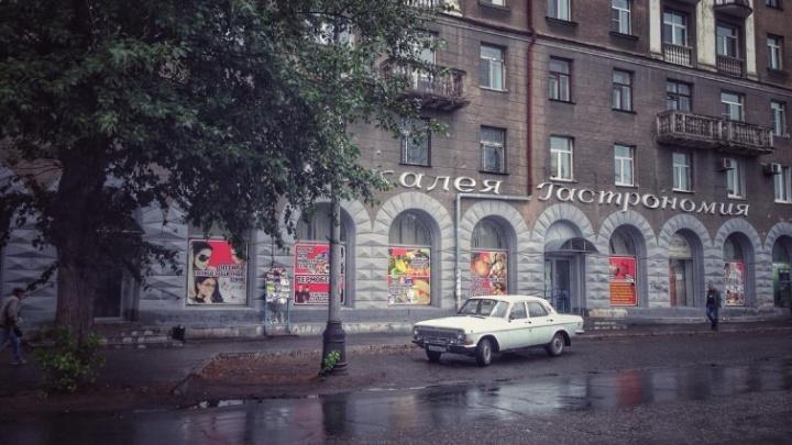 Омский дизайнер спас часть букв 70-летней вывески на Серова