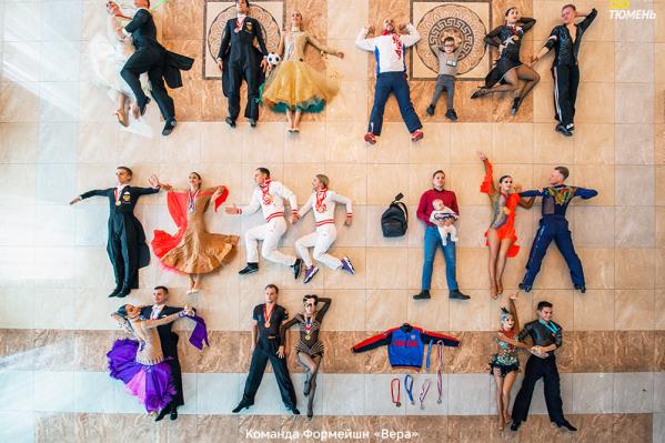 Танцоры тоже стали участниками кадров для нового челленджа. Кажется, это какие-то миниатюры людей, но нет. Они настоящие, просто сняты с высоты
