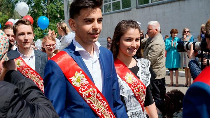 Последние звонки в Омской области прозвенят для девяти тысяч старшеклассников