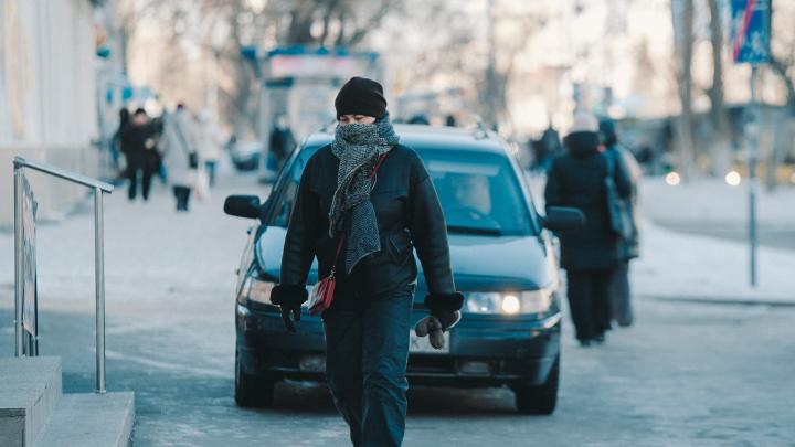Тюменские медики спасли троих мужчин, замерзающих на улице. Один из них уснул на снегу