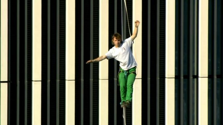 Екатеринбургский канатоходец установил мировой рекорд на высоте 300 метров в Москве