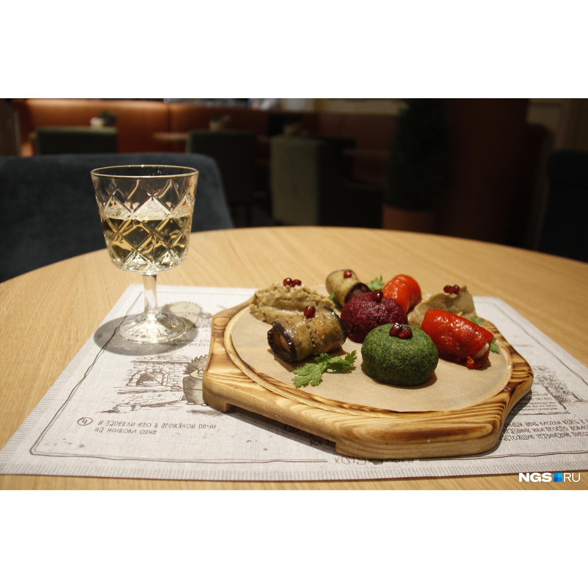 Чего ресторану действительно не хватает для создания правильной грузинской атмосферы, так это доступного лёгкого вина. Цена бокала — 190 рублей. В Грузии за эти деньги можно купить такого вина литра два