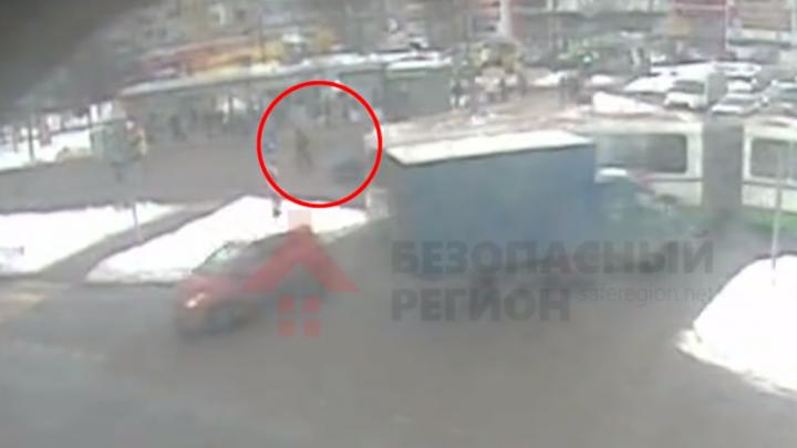 На огромной скорости снёс дедушку: появилось видео, как «Вольво» сбивает пешехода в Брагино