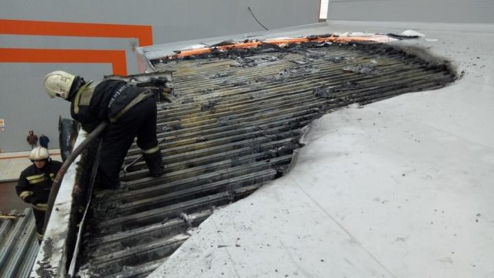 Пожарные потушили вспыхнувший склад в Ленинском районе