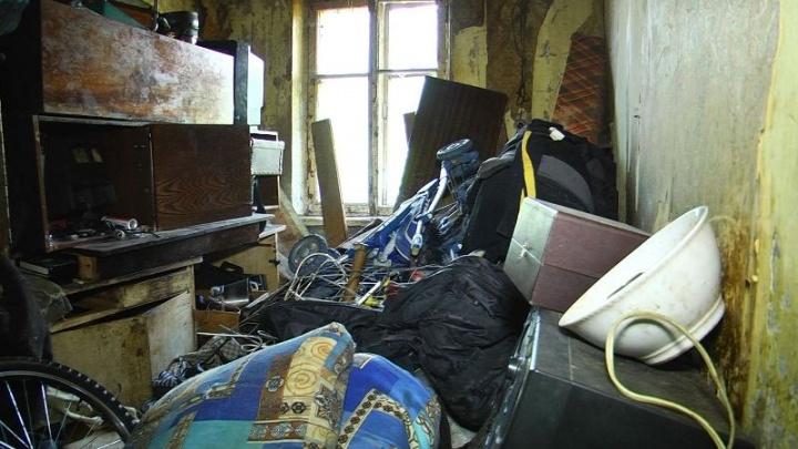 Здесь невозможно жить: в Рыбинске мужчина, устроивший свалку в квартире, может стать бомжом