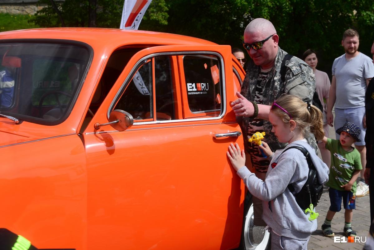Оранжевый «Москвич» вызывал неподдельный интерес