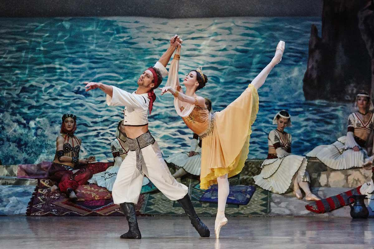 Каждое утро артисты балета начинают с серьёзной разминки— они не пропускают её, даже если вечером предстоит сложный спектакль
