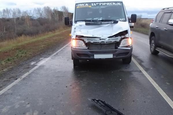 Микроавтобус столкнулся с погрузчиком на 53-м километре дороги