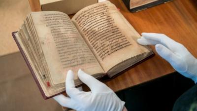 «Им уже 400 лет»: смотрим самые редкие книги краевой библиотеки ценой в сотни тысяч