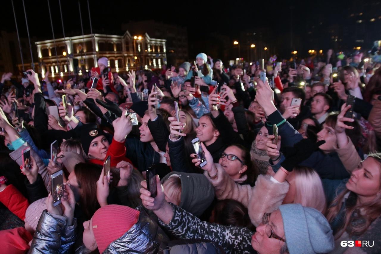 Певца снимали на видео сотни рук