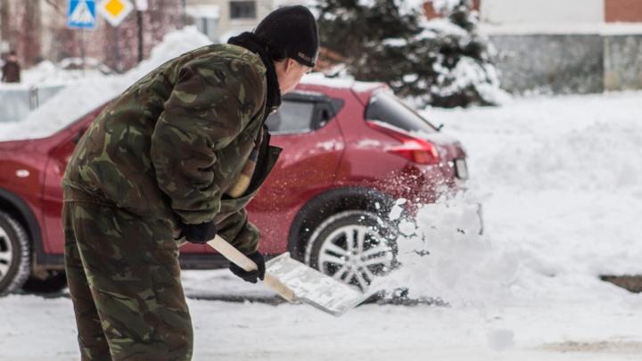 Должника по алиментам поймали на пороге дома и заставили убирать снег
