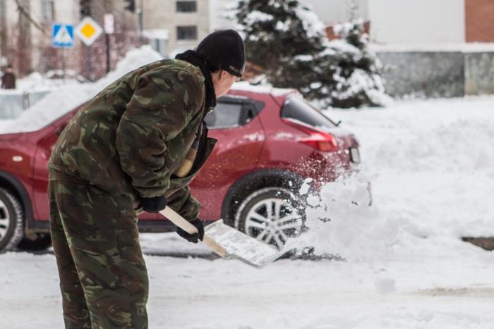 Мужчина должен был убирать снег 20 часов