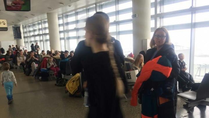«Говорят, авиакомпания не оплатила топливо»: екатеринбуржцы на 5 часов застряли в аэропорту Самары