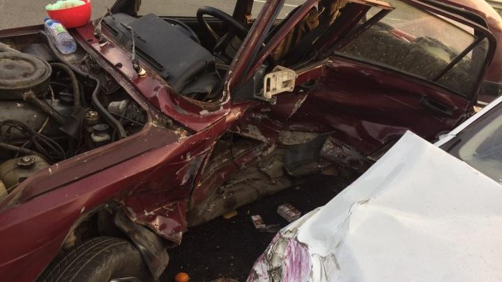 Водитель попал в реанимацию: под Сызранью вдребезги разбились две легковушки