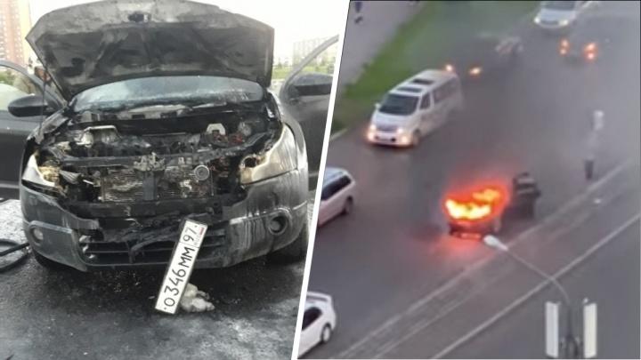 На Воронова на ходу загорелся автомобиль