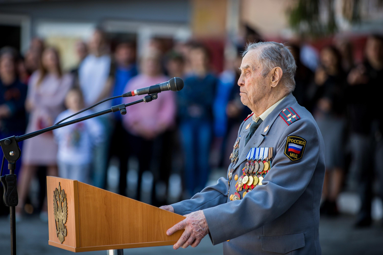 В полиции уточнили, что на сегодняшнюю церемонию приехал 94-летний ветеран Великой Отечественной войны, бывший начальник Центрального РУВД, полковник милиции в отставке Евгений Щербак. Он вышел к микрофону и обратился с напутственными словами к полицейским, которые в этот день принимали присягу