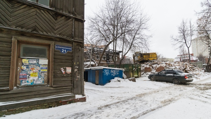 В Перми снесли деревянный дом на Екатерининской, который пытались поджечь в октябре