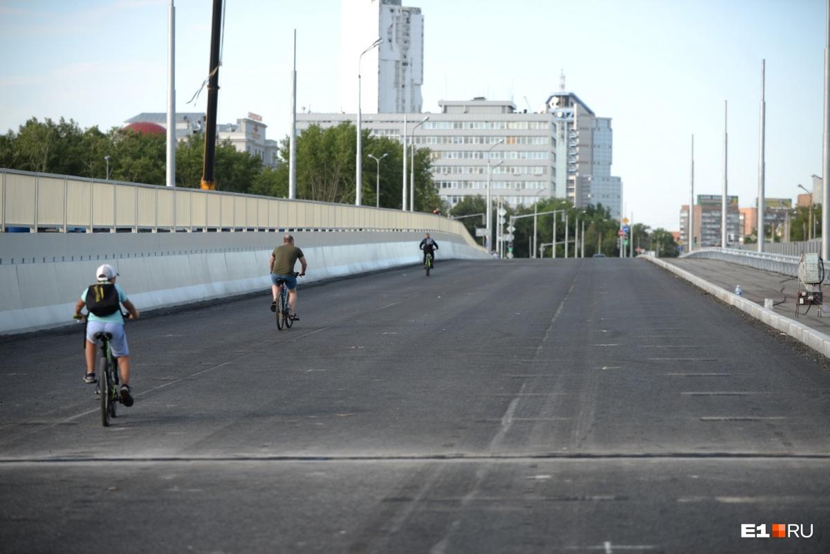 Пока автомобильное движение не открыли, тут гуляют люди и ездят на велосипедах