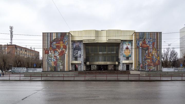 «Серый и весь потрескавшийся»: в Волгограде ТЮЗ надеется получить от федералов деньги на ремонт