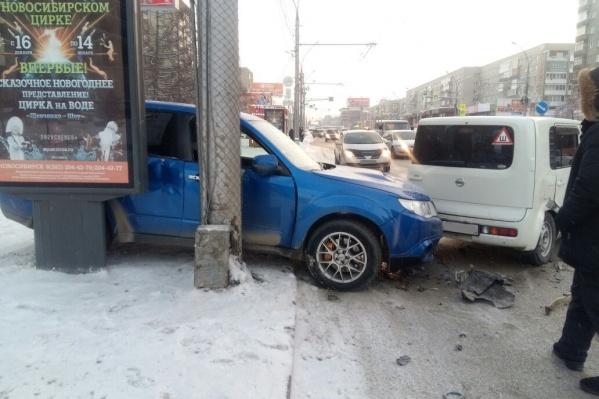 В аварию попалиSubaru Forester STi иNissan Cube