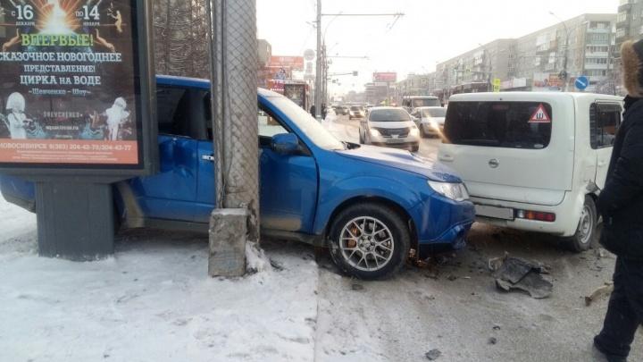 «Субару» вылетела на тротуар после аварии на Красном проспекте