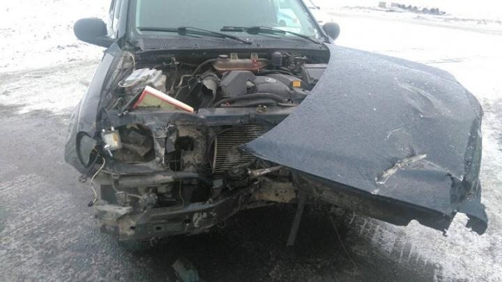 На трассе «Иртыш» столкнулись грузовик и Mercedes Benz