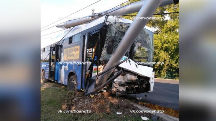 Авария в уфимской Дёме: пассажирский автобус врезался в столб