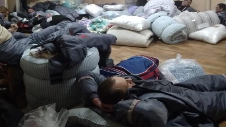 «100 человек спит на складе вповалку»: охранник на объектах Универсиады показал условия проживания
