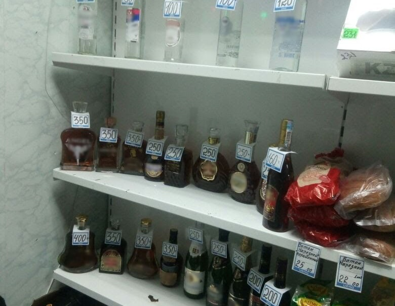 Только перед Новым годом полицейские изъяли из торговых точек три тысячи бутылок контрафакта