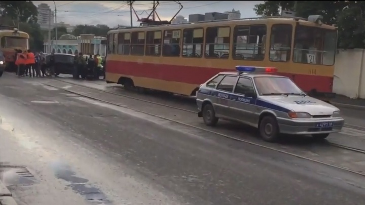 Из-за ДТП на путях в центре Екатеринбурга трамваи простояли около часа