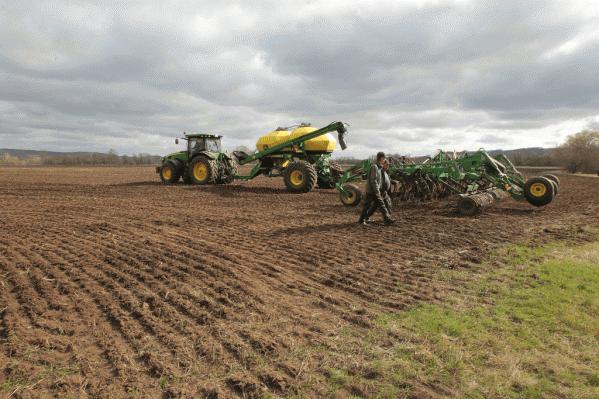 На полях должны были сеять и жать, а на деле — выкачивали ресурсы