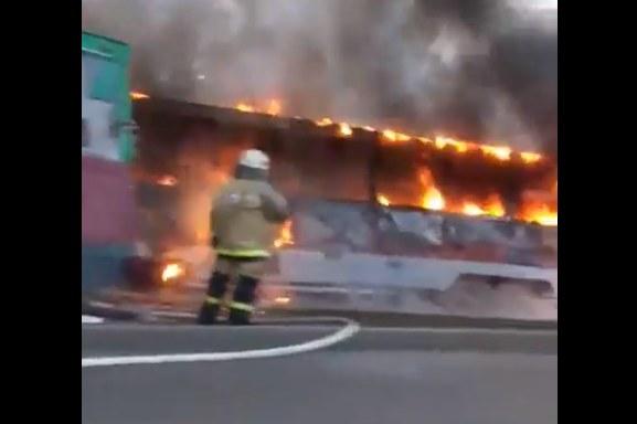 Размещено шокирующее видео происшествия вКрасноярске: трамвай сгорел дотла