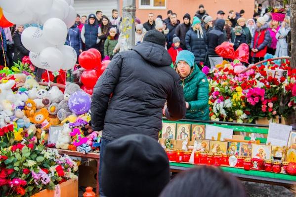 К «Зимней вишне» второй день несут цветы и игрушки в знак памяти о погибших