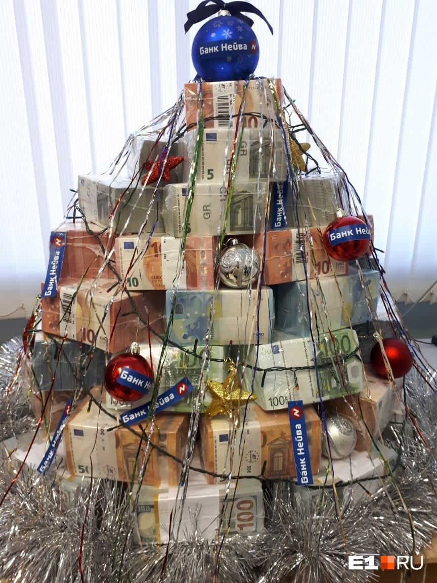 В екатеринбургском банке сделали ёлку из пачек денег. Она стоит 168 миллионов рублей
