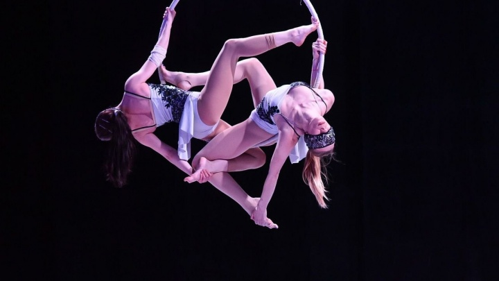 Летали с закрытыми глазами: в Екатеринбурге прошли соревнования по воздушной гимнастике и pole dance